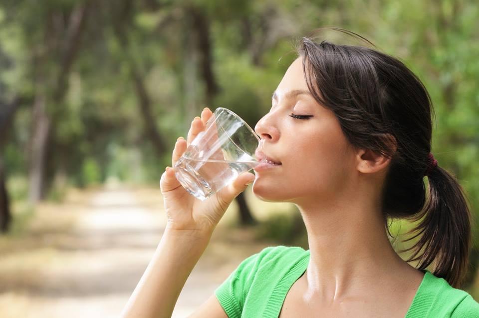 Κοπέλα πίνει νερό