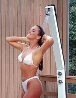 κοπέλα κάνει ντους με κρύο νερό