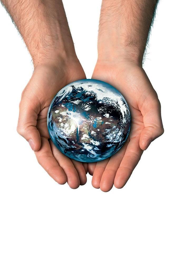 χέρια κρατάνε γη