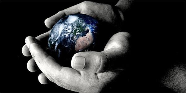 χέρια αγκαλιάζουν τη γη